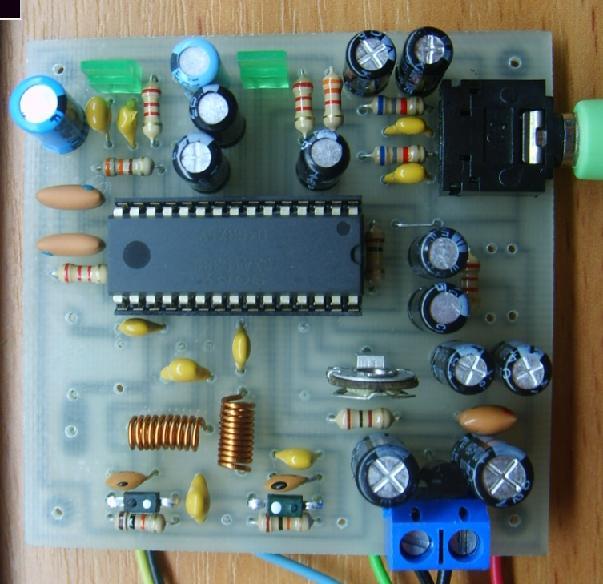 УКВ приемник (FM тюнер) с аналоговой настройкой.